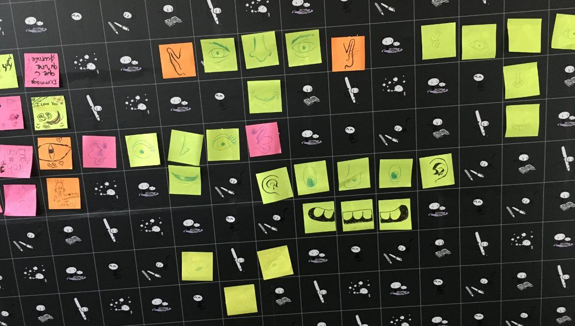 Photographie du mur de post-it du Festival de la Bande Dessinée d'Angoulême