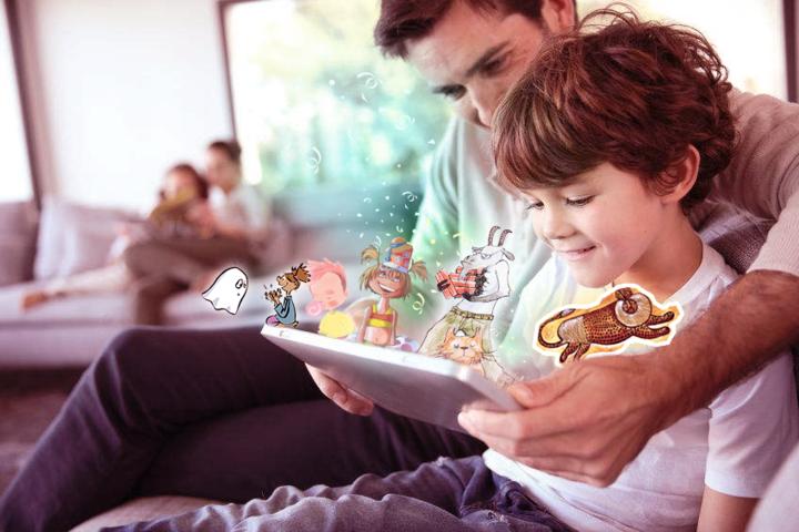Père qui lit un livre numérique avec son fils